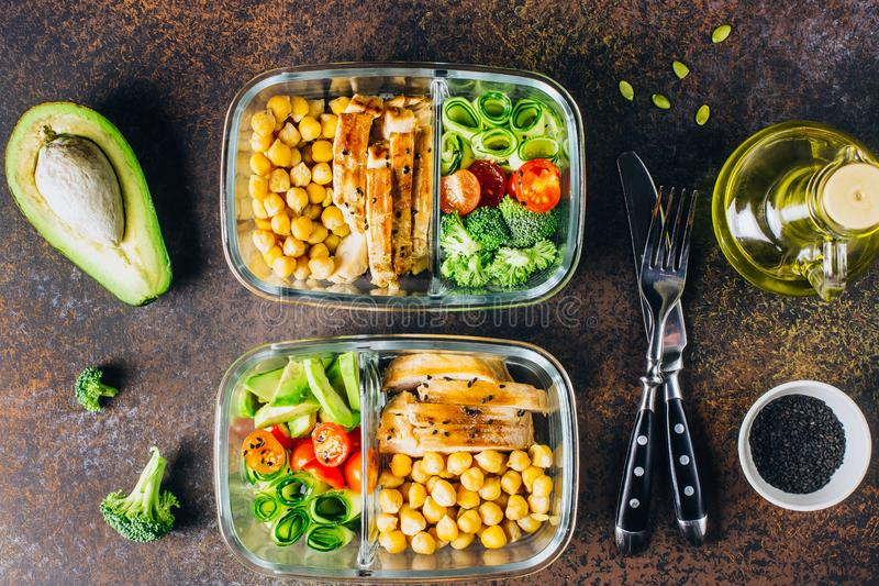De gezonde kip van maaltijd prep containers en verse groenten stock foto's