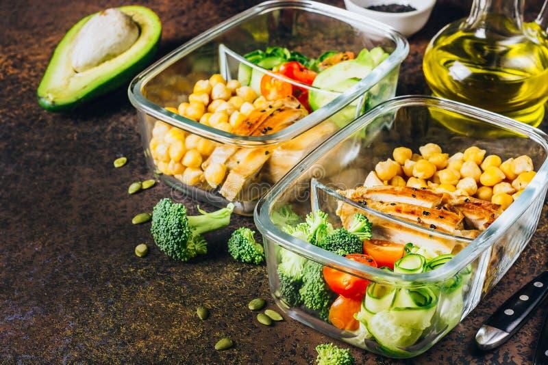 De gezonde kip van maaltijd prep containers en verse groenten stock fotografie