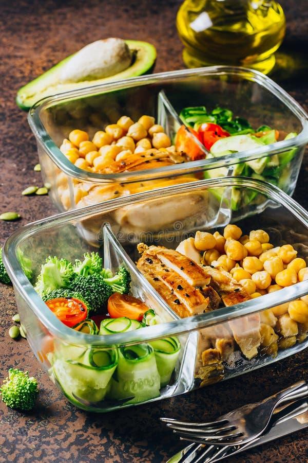 De gezonde kip van maaltijd prep containers en verse groenten stock foto