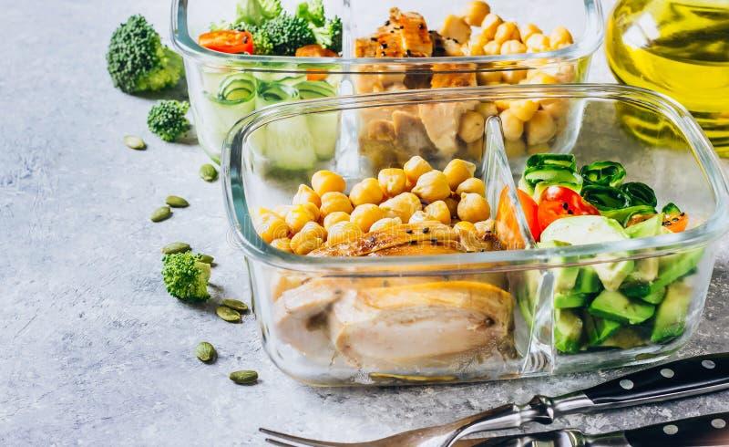 De gezonde kip van maaltijd prep containers en verse groenten royalty-vrije stock afbeeldingen