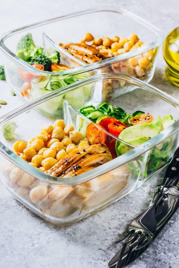 De gezonde kip van maaltijd prep containers en verse groenten royalty-vrije stock afbeelding