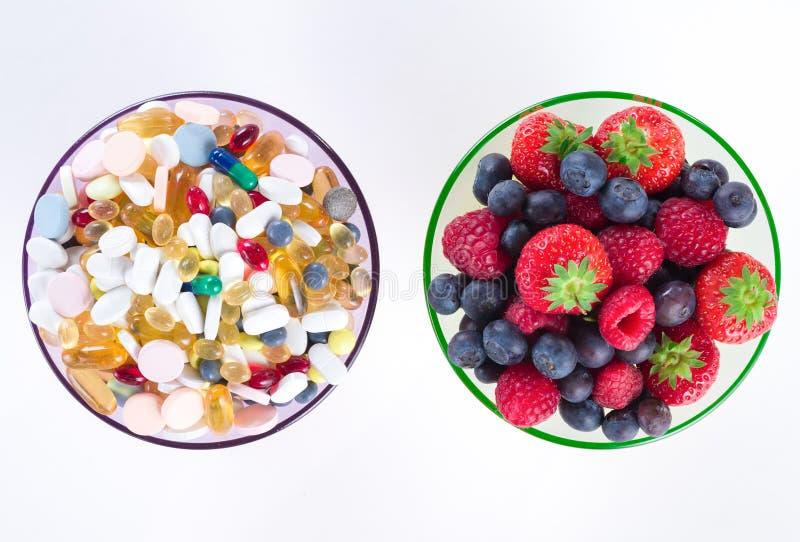 De gezonde levensstijl, van het dieetconcept, van het Fruit en van de vitamine supplementen met exemplaar plaatsen op witte achte stock fotografie