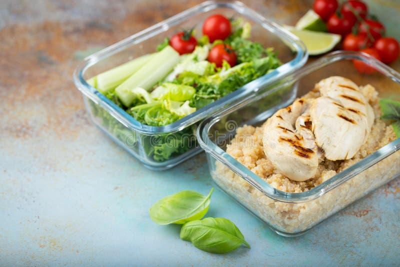 De gezonde maaltijd prep containers met quinoa, kippenborst en groene salade schoten boven met exemplaarruimte royalty-vrije stock afbeelding
