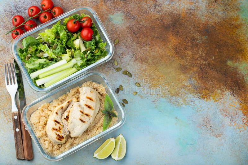 De gezonde maaltijd prep containers met quinoa, kippenborst en groene salade schoten boven met exemplaarruimte Hoogste mening Vla royalty-vrije stock foto