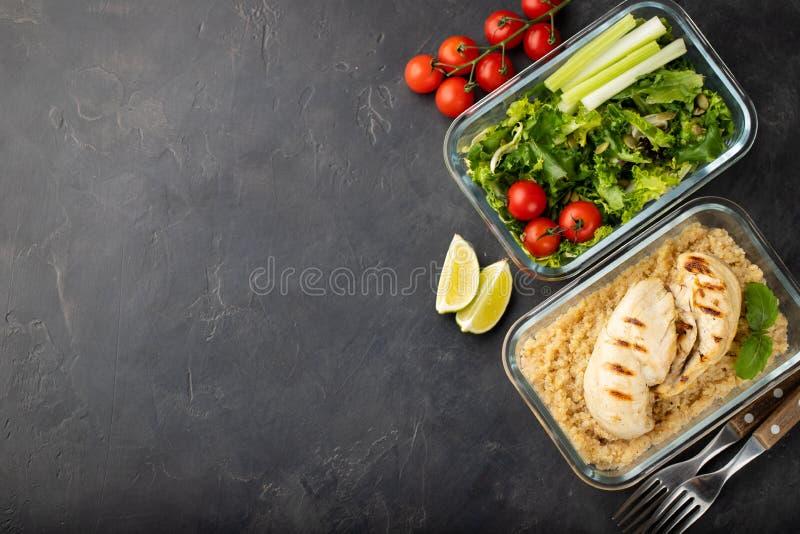 De gezonde maaltijd prep containers met quinoa, kippenborst en groene salade schoten boven met exemplaarruimte Hoogste mening Vla stock foto's