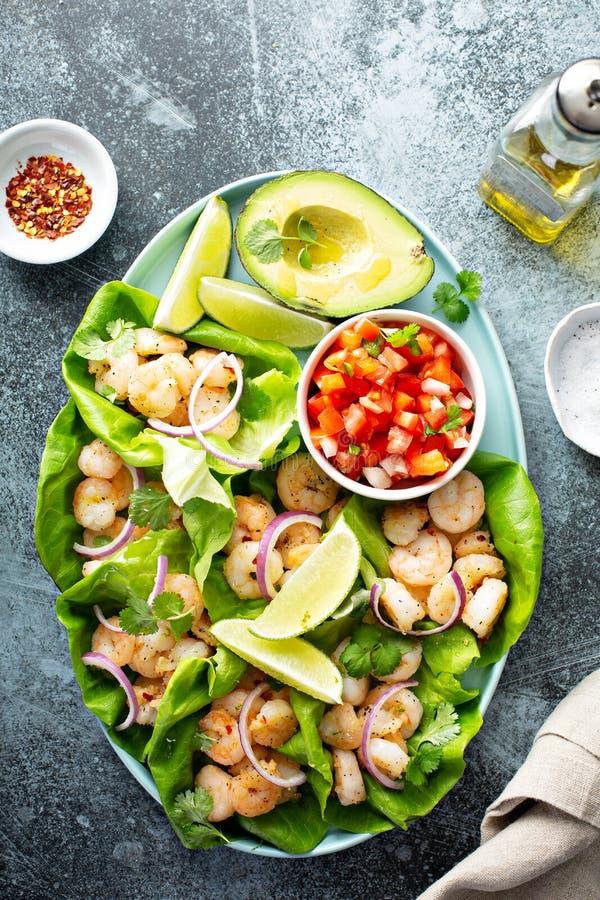 De gezonde omslagen van de garnalensla met salsa stock afbeeldingen