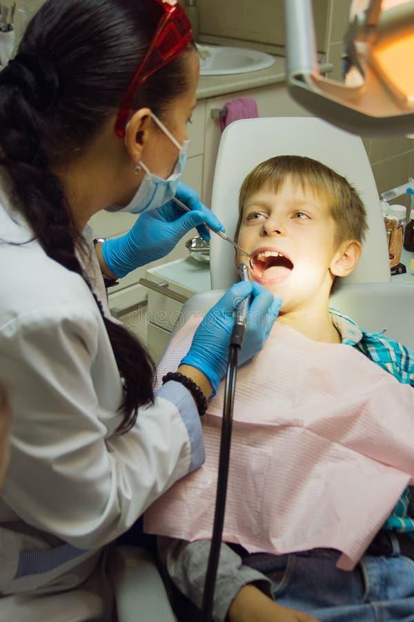 De gezonde patiënt van het tandenkind op tandartskantoor tand royalty-vrije stock fotografie