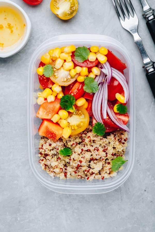 De gezonde prep containers van de veganistmaaltijd met quinoa en verse groenten stock foto