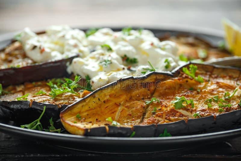 De gezonde vegeterainoven bakte aubergines, Aubergine met kwarkonderdompeling, peterselie en citroenwig stock fotografie
