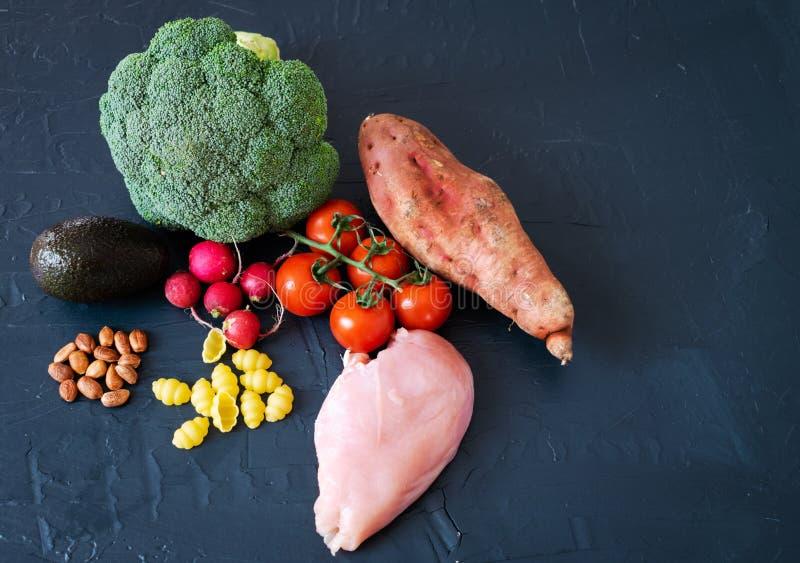 De gezonde voedselvlakte legt op zwarte achtergrond stock foto's
