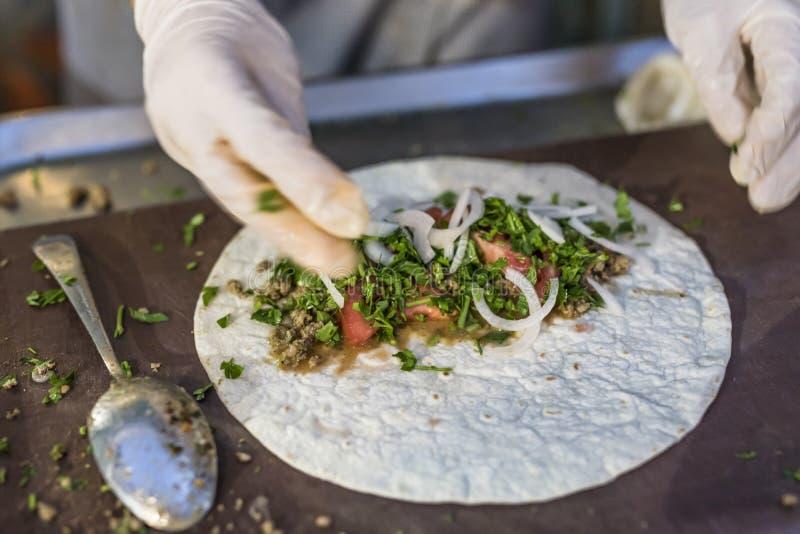 De gezonde voorbereiding van de tortillaomslag stock foto's