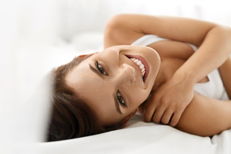 De gezondheid van de vrouw Glimlachende Vrouw met Mooie Gezichtshuid schoonheid stock afbeelding