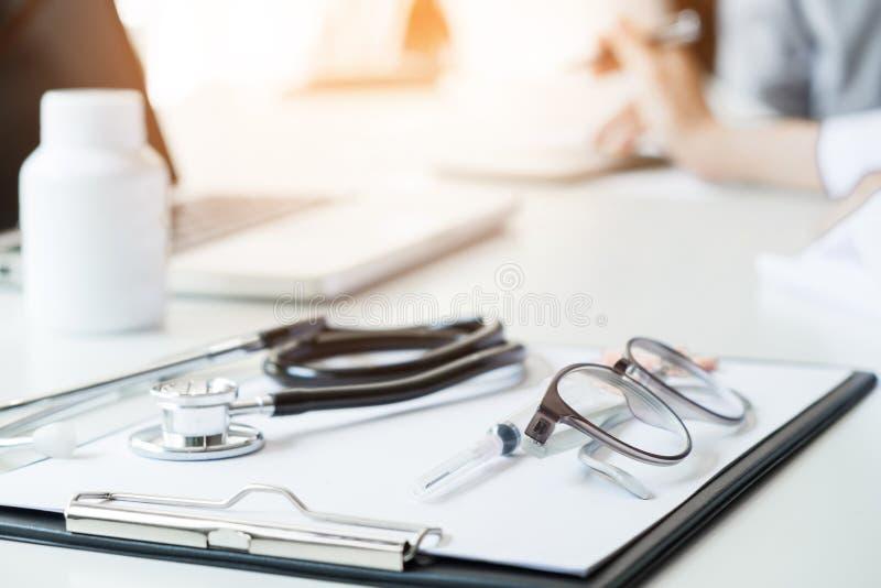 De gezondheidszorg en het Medische concept, Mening van stethoscoop en equipmen royalty-vrije stock afbeelding