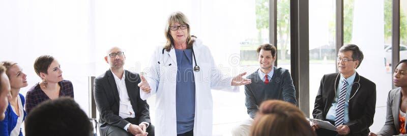 De Gezondheidszorgconcept van artsenmeeting teamwork diagnosis royalty-vrije stock afbeeldingen