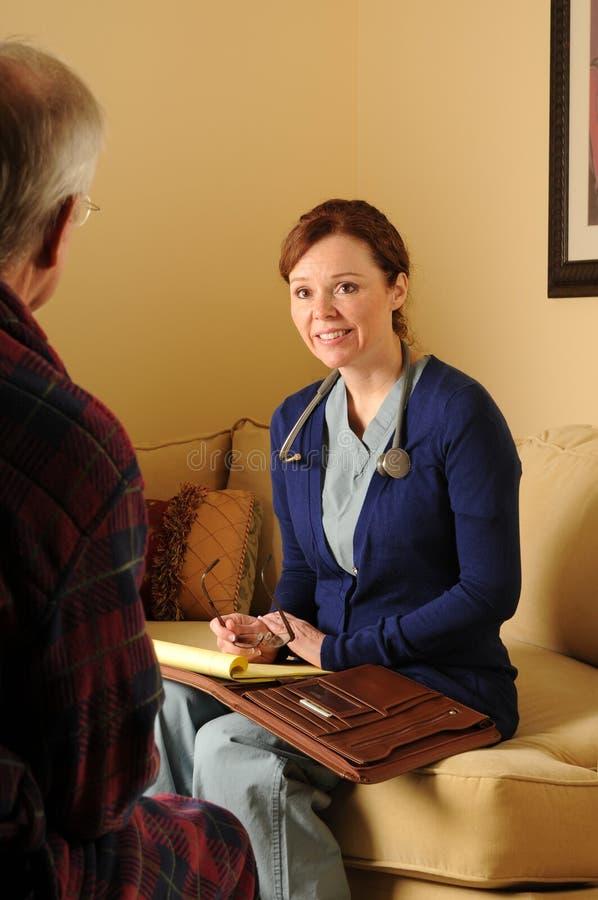 De gezondheidszorgverpleegster 3 van het huis stock afbeelding