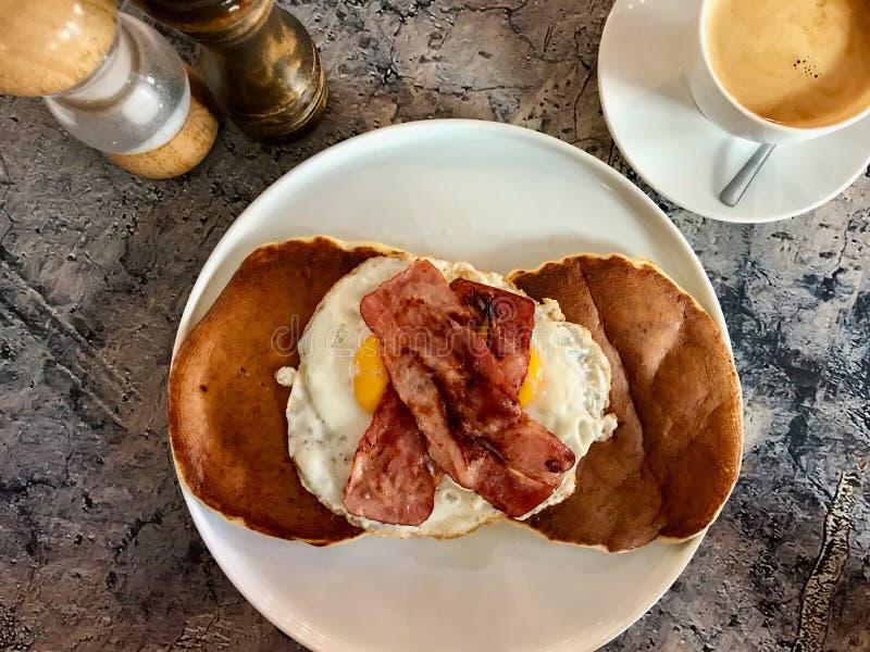 De gezouten Pannekoek met Eieren en het Knapperige Bacon voor Zout Ontbijt dienden met Koffie stock foto's
