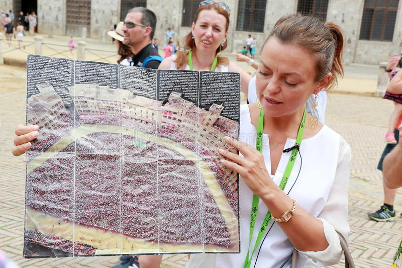 De gids vertelt toeristen over Palio-Di Siena in Italië stock foto's