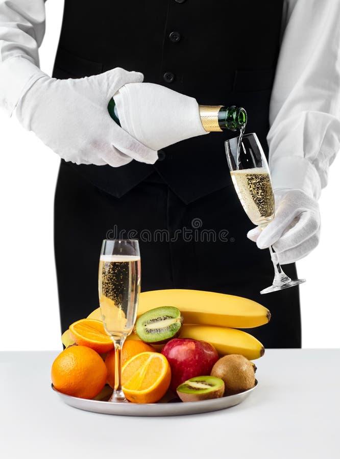 De gietende champagne van de kelner in glas royalty-vrije stock fotografie