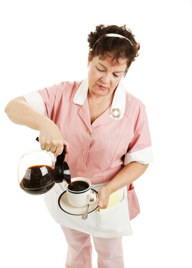 De Gietende Geïsoleerde Koffie van de serveerster - royalty-vrije stock afbeeldingen