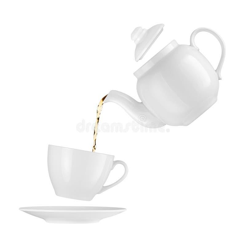 De gietende thee van de theepot in een kop stock afbeelding