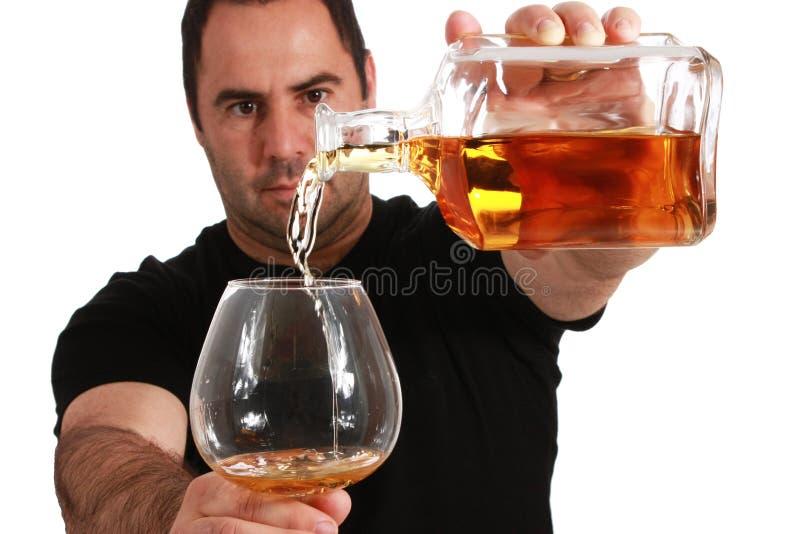 De gietende whisky van de mens royalty-vrije stock fotografie