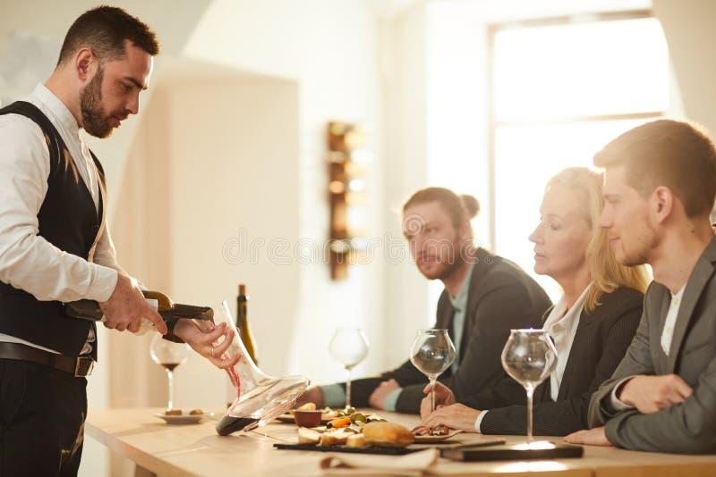 De Gietende Wijn van de mens stock afbeeldingen