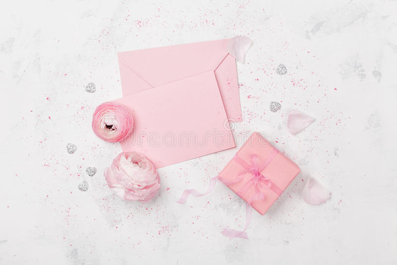 De gift of de de huidige, roze document spatie en ranunculus bloem op de witte mening van de lijstbovenkant voor huwelijksmodel o stock afbeeldingen