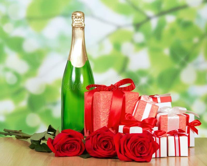 De gift in doos, champagne en rood nam close-up toe royalty-vrije stock foto's