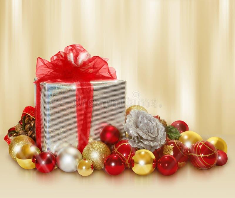 De gift en de ballen van Kerstmis royalty-vrije stock fotografie