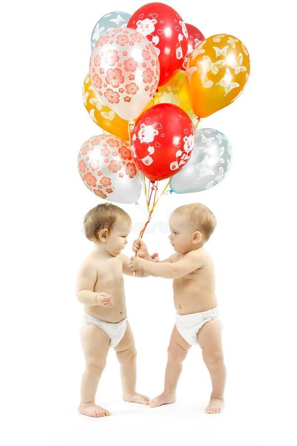De gift van de verjaardag. De huidige ballons van kinderen stock foto