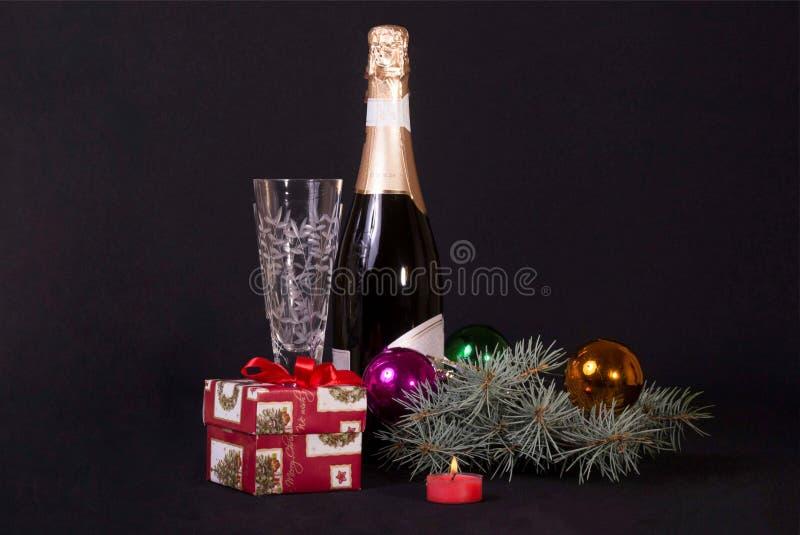 De gift van het nieuwjaar onder de boom royalty-vrije stock afbeelding