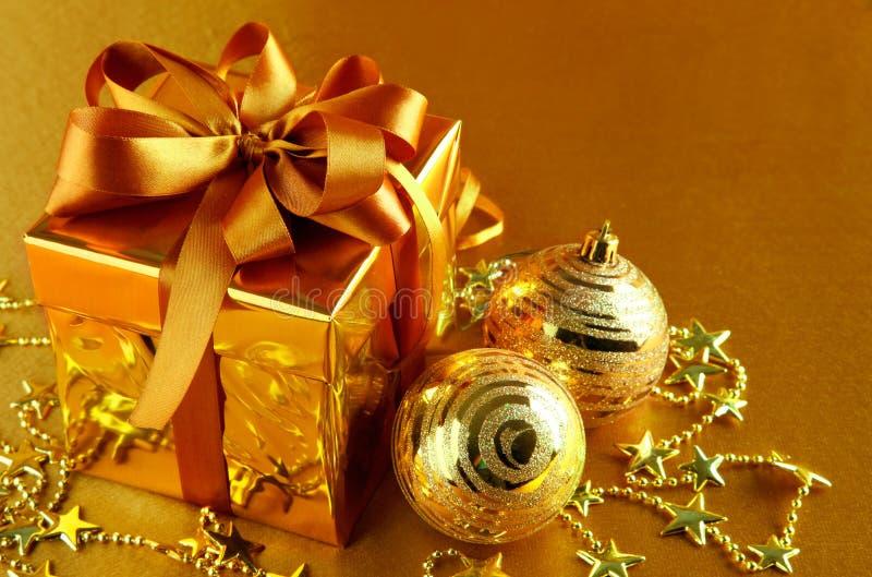 De gift van Kerstmis in gouden doos met boog stock fotografie