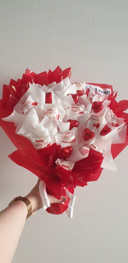 De giftboeket van de valentijnskaartendag met gevormd de kokosnoten whitechocolate hart van de raffaellochocolade royalty-vrije stock foto's