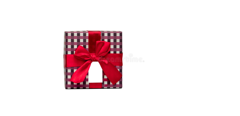 De de giftdoos van het plaidpatroon met rode lintboog en lege die groetkaart op witte achtergrond wordt geïsoleerd, voegt enkel u royalty-vrije stock foto's