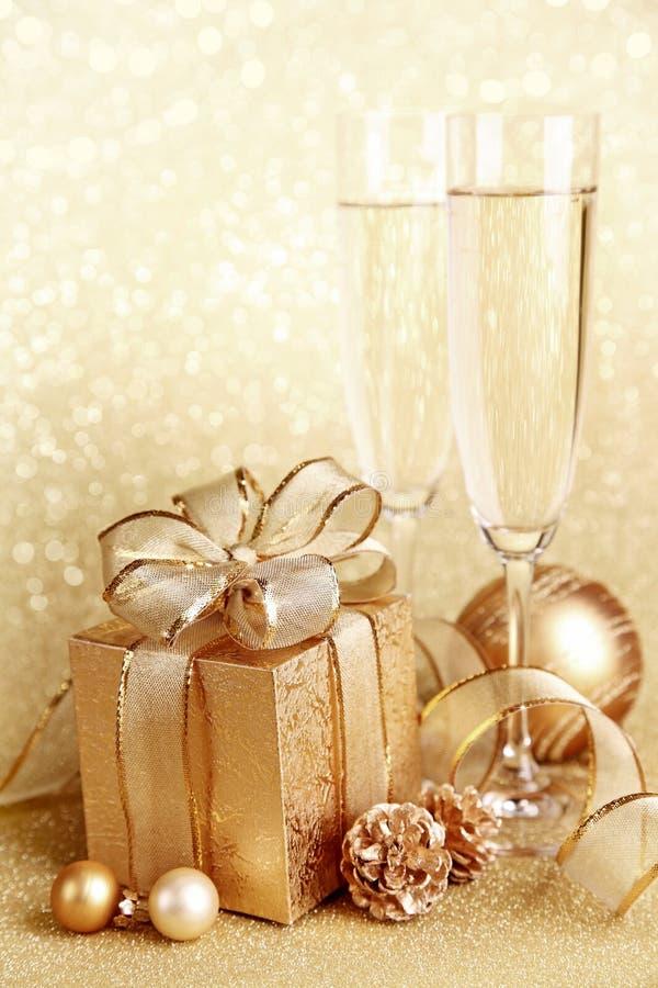 De giftdoos van Kerstmis met glazen stock foto