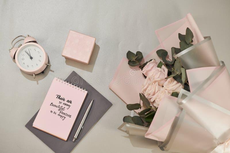 De giftdoos, wekker en roze nam bloemen toe Groetkaart voor Moeder of Vrouwendag royalty-vrije stock foto