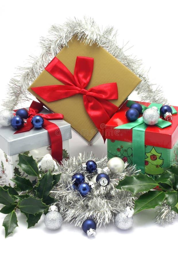 De dozen van de Kerstmisgift met Kerstmisornamenten stock afbeeldingen