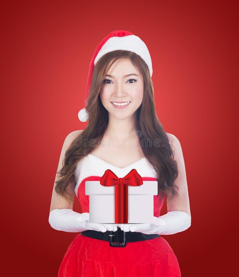De giften van de holdingskerstmis van de Kerstmisvrouw het glimlachen royalty-vrije stock afbeelding