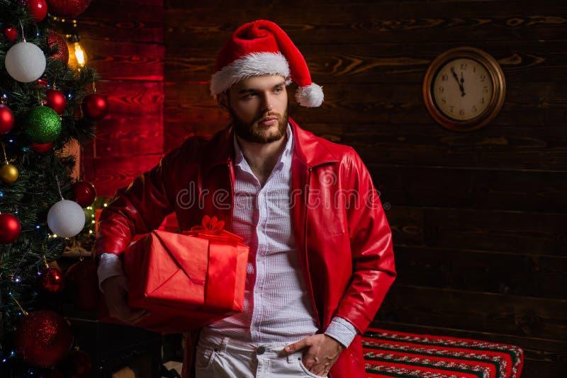 De giften van Kerstmis De mens verzorgde goed hipster voor Kerstmisdecoratie en nieuwe jaarachtergrond Vrolijke Kerstmis en stock foto