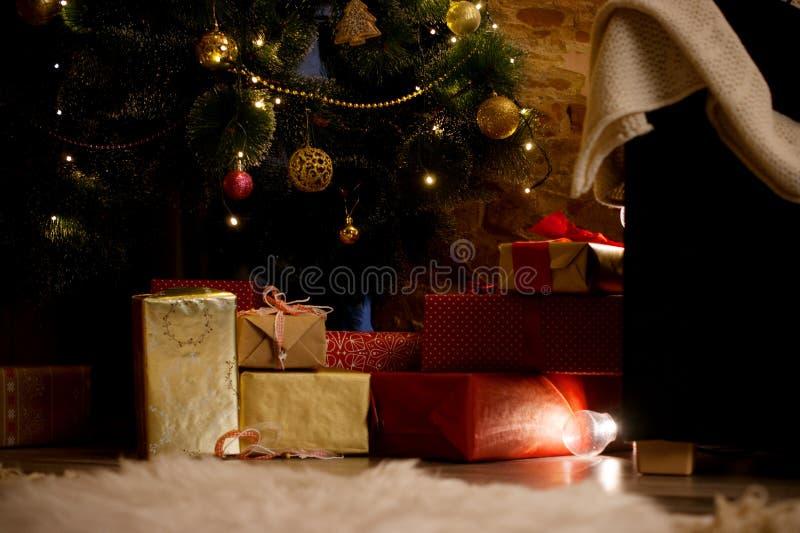 De giften van Kerstmis onder de boom stock foto's