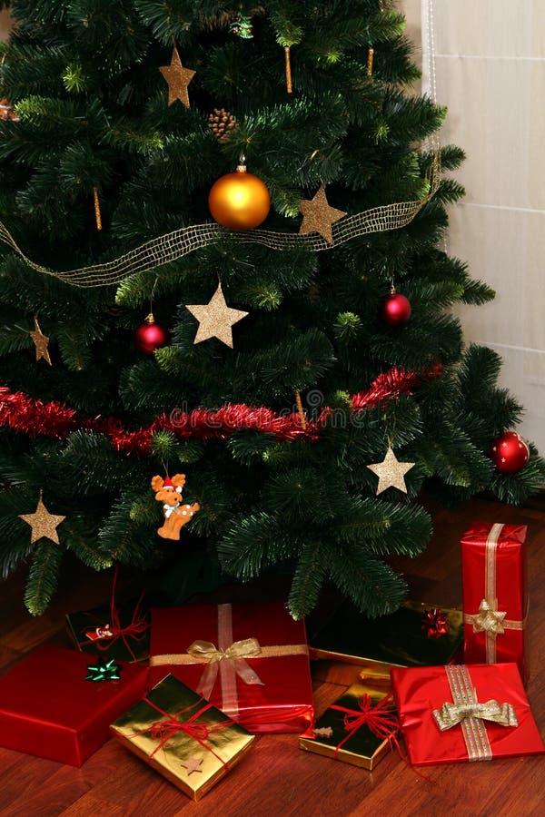 De Giften van Kerstmis onder Boom stock afbeelding