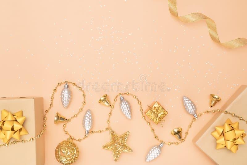 De giftendozen of stelt dozen met gouden bogen, ster en bal op gouden achtergrond voor verjaardag, Kerstmis of huwelijksceremonie stock foto
