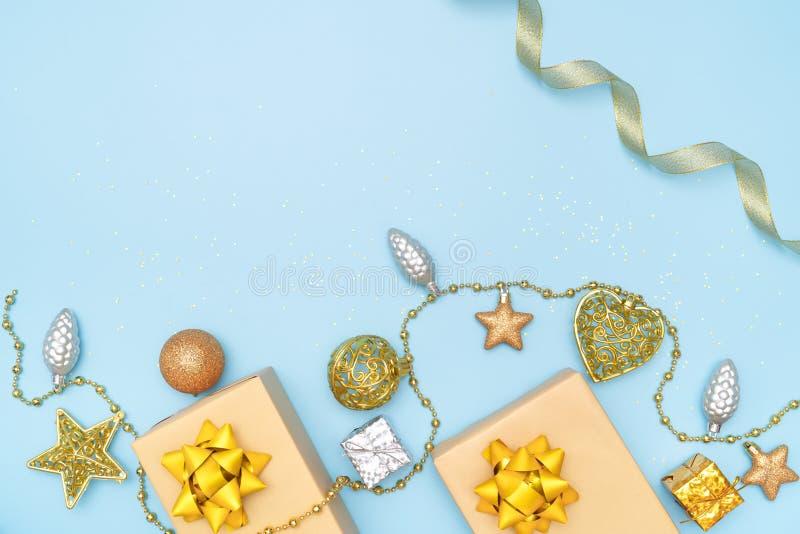 De giftendozen of stelt dozen met gouden bogen, ster en bal op blauwe achtergrond voor verjaardag, Kerstmis of huwelijksceremonie stock afbeeldingen
