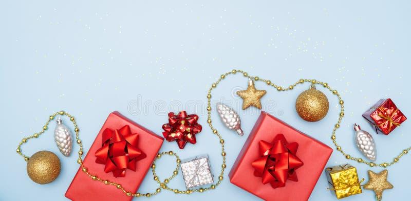 De giftendozen of stelt dozen met rode bogen, ster en bal op blauwe achtergrond voor verjaardag, Kerstmis of huwelijksceremonie v royalty-vrije stock foto