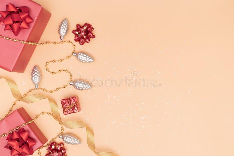 De giftendozen of stelt dozen met rode bogen, ster en bal op gouden achtergrond voor verjaardag, Kerstmis of huwelijksceremonie v stock fotografie