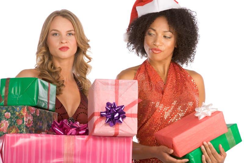 De giftenonderscheid van Kerstmis tussen aan vrouwen stock afbeeldingen