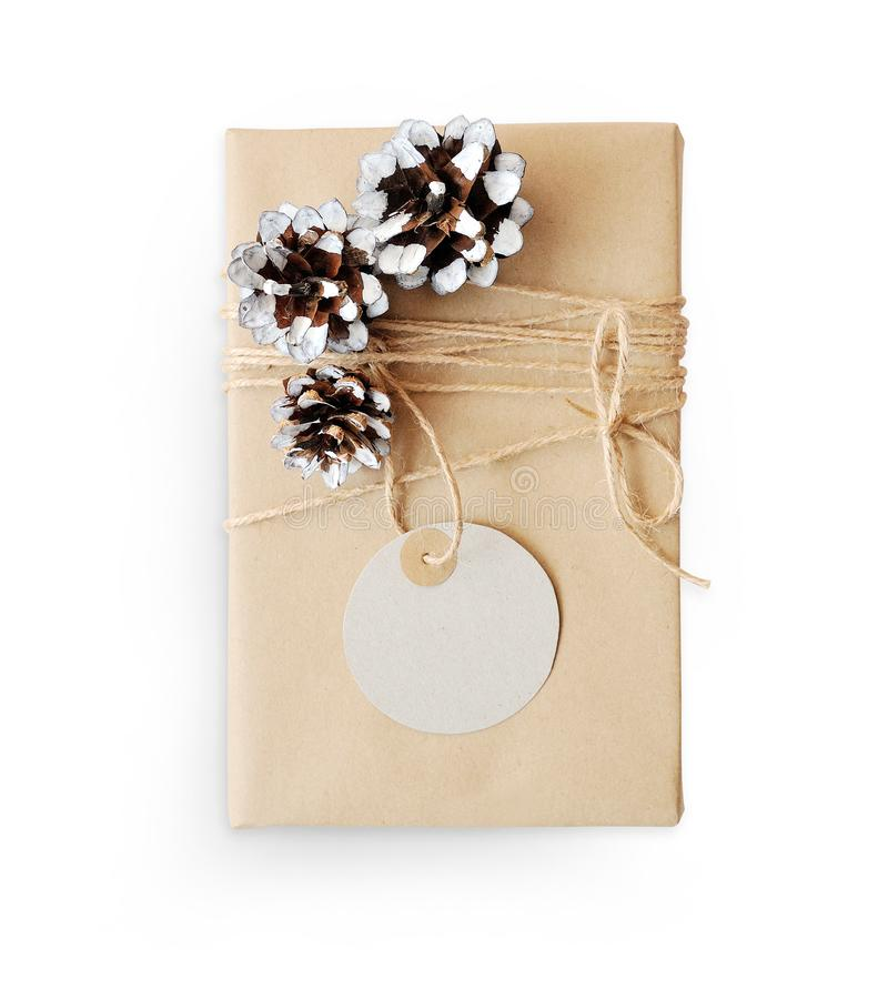 De Giftvakje van het Kerstmismodel dat in bruine gerecycleerde document en kegelkabel hoogste mening wordt verpakt die op witte a stock foto