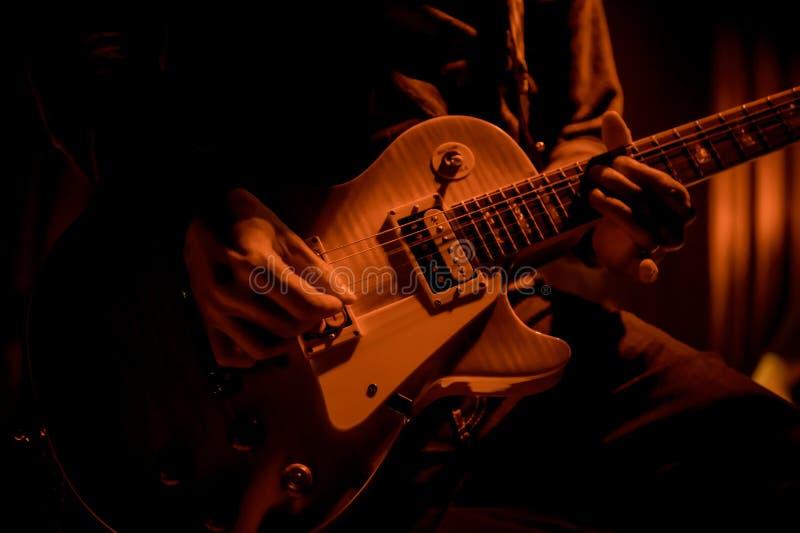 De gitaar van gitaristspelen bij een overleg royalty-vrije stock afbeeldingen