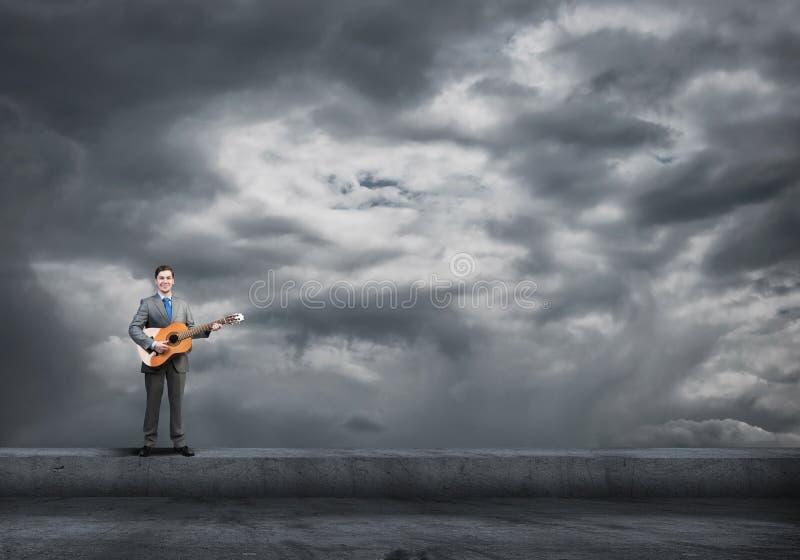 De gitaar van het zakenmanspel royalty-vrije stock fotografie