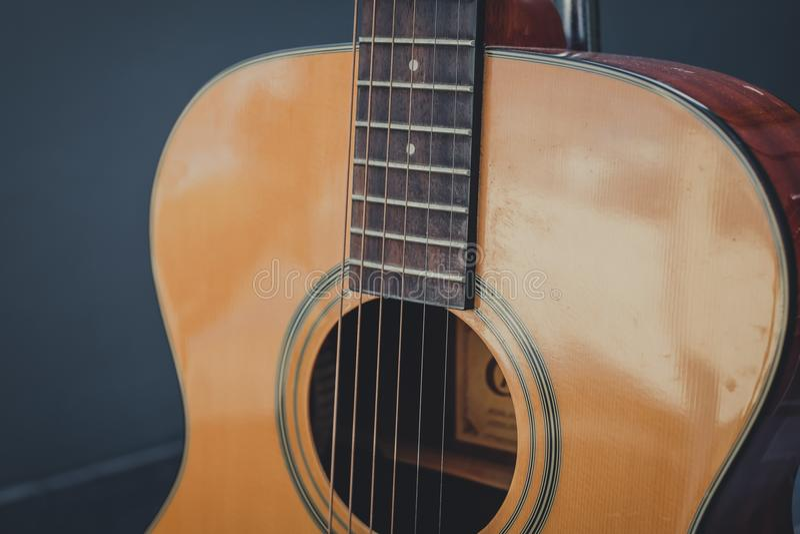 De gitaarschrijver uit de klassieke oudheid bouwt door houten stijl stock foto's